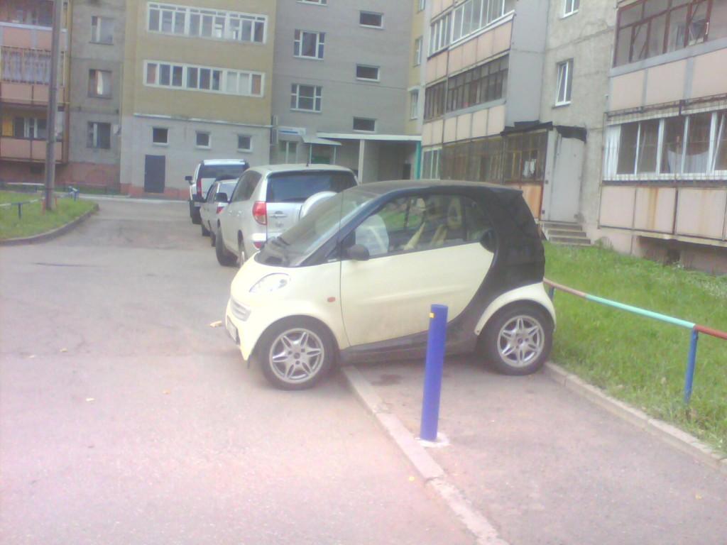 парковка на Смарте поперек дороги