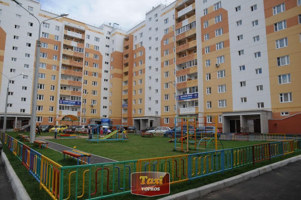 зелень, тротуары со скошенными съездами, паркинг и детская площадка - как мало надо для счастья?!