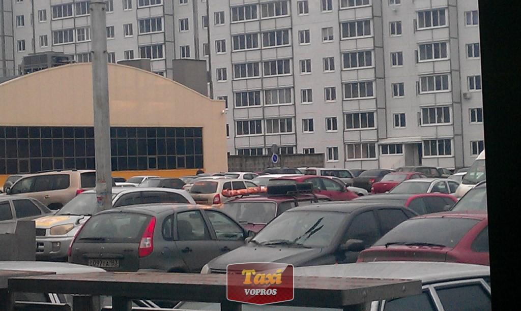 остановка в мМакДакек в Тольятти - угадайте, какая из этих машин едет на юг?